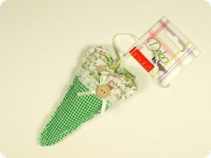 Deco hanger, heart, green ckecked-flowers, 7x14cm